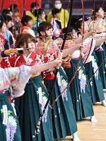 晴れ着姿で弓を引く新成人たち=京都市東山区の三十三間堂で2019年1月13日午前8時37分、川平愛撮影