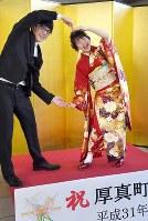 式典を終え、笑顔で記念写真に納まる厚真町の新成人たち=北海道厚真町で2019年1月13日午後12時32分、竹内幹撮影