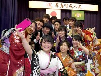 式典を終え、笑顔で記念写真に納まる厚真町の新成人たち=北海道厚真町で2019年1月13日午後0時27分、竹内幹撮影