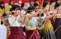 晴れ着姿で弓を引く新成人ら=京都市東山区の三十三間堂で2019年1月13日午前8時32分、川平愛撮影
