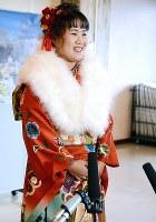 成人式で報道陣からの取材に笑顔で応じる振り袖姿の畑岡=茨城県笠間市で2019年1月13日、中村有花撮影