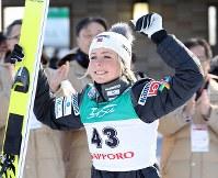 優勝して笑顔を見せるマーレン・ルンビ=大倉山ジャンプ競技場で2019年1月13日、貝塚太一撮影