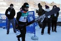 大会を終え引き揚げる高梨沙羅(中央)=大倉山ジャンプ競技場で2019年1月13日、貝塚太一撮影