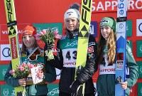 表彰式で笑顔を見せる(左から)2位のカタリナ・アルトハウス、1位のマーレン・ルンビ、3位のユリアネ・ザイファルト=大倉山ジャンプ競技場で2019年1月13日午前11時36分、貝塚太一撮影