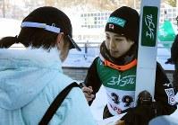 要望に応えてサインする高梨沙羅=大倉山ジャンプ競技場で2019年1月13日、貝塚太一撮影