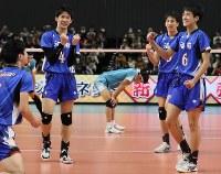【清風―洛南】優勝し喜び合う洛南の選手たち=武蔵野の森総合スポーツプラザで2019年1月13日、玉城達郎撮影