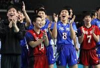 【清風ー洛南】優勝し笑顔を見せる洛南の選手たち=武蔵野の森総合スポーツプラザで2019年1月13日、玉城達郎撮影