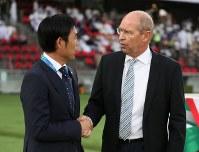 アジア杯【日本・オマーン】日本の森保監督と握手するオマーンのピム監督。京都などの監督も経験し日本サッカーの知識は豊富だ=2018年1月13日UAE・アブダビのザイードスポーツシティスタジアムで、ロイター