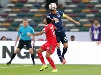 アジア杯【日本・オマーン】ヘディングでクリアする日本のDF吉田=2018年1月13日UAE・アブダビのザイードスポーツシティスタジアムで、ロイター