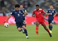 アジア杯【日本・オマーン】攻め込む日本MF南野。裏に抜け出すシーンがたびたび見られた=2018年1月13日UAE・アブダビのザイードスポーツシティスタジアムで、ロイター