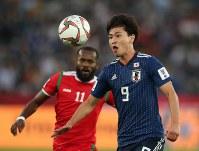 アジア杯【日本・オマーン】トラップする日本MF南野=2018年1月13日UAE・アブダビのザイードスポーツシティスタジアムで、ロイター