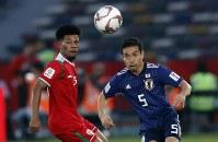 アジア杯【日本・オマーン】ボールの行方を見る日本のDF長友=2018年1月13日UAE・アブダビのザイードスポーツシティスタジアムで、AP
