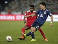 アジア杯【日本・オマーン】シュートを放つ日本MF堂安=2018年1月13日UAE・アブダビのザイードスポーツシティスタジアムで、AP