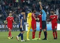 アジア杯【日本・オマーン】オマーン選手の日本MF原口へのチャージがPKに。抗議をするオマーンの選手たち=2018年1月13日UAE・アブダビのザイードスポーツシティスタジアムで、AP