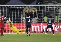 アジア杯【日本・オマーン】MF原口がPKを決め、日本が先制=2018年1月13日UAE・アブダビのザイードスポーツシティスタジアムで、AP