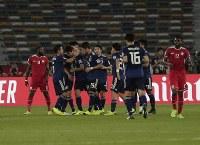 アジア杯【日本・オマーン】MF原口がPKを決め、日本が先制、喜ぶ選手たち=2018年1月13日UAE・アブダビのザイードスポーツシティスタジアムで、AP