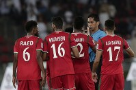 アジア杯【日本・オマーン】日本DF長友の体を張ったブロックに、オマーンの選手はハンドを主張したが判定は覆らず=2018年1月13日UAE・アブダビのザイードスポーツシティスタジアムで、AP