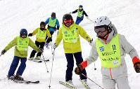 仲間と気持ちよく滑走=長野県山ノ内町の志賀高原焼額山スキー場で、幾島健太郎撮影