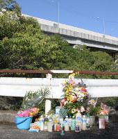 女子生徒が亡くなった現場には、2年後の命日に多くの花が供えられていた=神戸市垂水区で2018年10月6日、栗田亨撮影