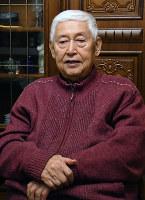 現役時代を振り返る元和歌山市長の尾崎吉弘さん=同市の自宅で、黒川晋史撮影