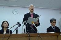 第三者委報告書について記者会見で説明する内沢達委員長(中央)ら=鹿児島県奄美市で