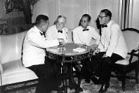 1957年6月、ダレス国務長官(左から2人目)らと話す岸信介首相(同3人目)=UPI