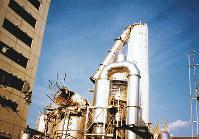 阪神大震災で倒壊した神戸工場の煙突=住友ゴム提供