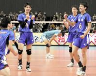 【清風-洛南】優勝し喜び合う洛南の選手たち=武蔵野の森総合スポーツプラザで2019年1月13日、玉城達郎撮影