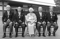 Takeshi Umehara, right, and other recipients of the Order of Culture are pictured at the Imperial Palace on Nov. 3, 1999. (Mainichi/Masaaki Hashimoto)
