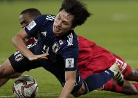 アジア杯【日本・オマーン】追加点を狙って攻め込む日本MF南野=2018年1月13日UAE・アブダビのザイードスポーツシティスタジアムで、AP
