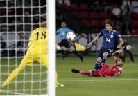 アジア杯【日本・オマーン】試合最終盤、裏に抜け出した伊東がドリブル突破からシュートを放つ=2018年1月13日UAE・アブダビのザイードスポーツシティスタジアムで、AP