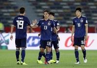 アジア杯【日本・オマーン】オマーンを1-0で破って決勝トーナメント進出を決め、握手を交わす日本の選手たち。中央(13)は、FWで途中出場の武藤=2018年1月13日UAE・アブダビのザイードスポーツシティスタジアムで、AP