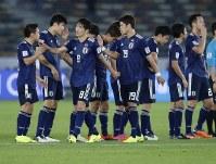 アジア杯【日本・オマーン】オマーンを1-0で破って決勝トーナメント進出を決めた日本の選手たち=2018年1月13日UAE・アブダビのザイードスポーツシティスタジアムで、AP
