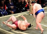 逸ノ城(右)にはたき込みで敗れる稀勢の里=東京・両国国技館で2019年1月14日、梅村直承撮影