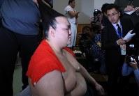 2連敗となり支度部屋で険しい表情で見せる稀勢の里=東京・両国国技館で2019年1月14日、梅村直承撮影