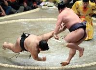 高安(左)が妙義龍を押し出しで降す=東京・両国国技館で2019年1月14日、梅村直承撮影