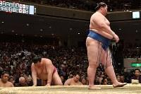 逸ノ城(右)にはたき込みで敗れてうなだれる稀勢の里(左)=東京・両国国技館で2019年1月14日、丸山博撮影