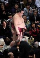 逸ノ城(右)に敗れ、土俵を後にする稀勢の里=東京・両国国技館で2019年1月14日午後5時47分、梅村直承撮影