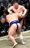 北勝富士(手前)が豪栄道を押出で破る=東京・両国国技館で2019年1月14日、梅村直承撮影