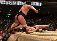 高安(右)が押し出しで妙義龍を降す=東京・両国国技館で2019年1月14日、丸山博撮影