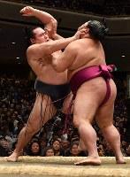 御嶽海(右)に押し込まれる鶴竜=東京・両国国技館で2019年1月14日、丸山博撮影