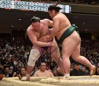 錦木(右)が栃ノ心を上手投げで破る=東京・両国国技館で2019年1月14日、丸山博撮影