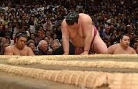 逸ノ城にはたき込みで敗れ、うなだれる稀勢の里=東京・両国国技館で2019年1月14日、丸山博撮影