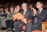 特別講演を終え、花束を手にする梅原猛・国際日本文化研究センター顧問(右から2人目)=京都市西京区の同センターで2013年5月22日、竹内紀臣撮影