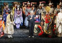 スーパー歌舞伎「ヤマトタケル」のカーテンコールであいさつする原作者の梅原猛さん(中央)=大阪市中央区の松竹座で2008年5月16日、小川昌宏撮影