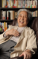書斎でくつろぐ哲学者の梅原猛さん=京都市左京区で2012年6月14日、森園道子撮影