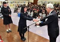 ぼうさい大賞を受賞し表彰される兵庫県立山崎高校の生徒=神戸市中央区の兵庫県公館で、猪飼健史撮影