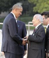 笑顔で握手するオバマ米大統領(左)と日本被団協代表委員の坪井直さん=広島市中区の平和記念公園で2016年5月27日(代表撮影)
