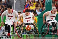 リオデジャネイロ・パラリンピックのカナダ戦で攻め上がる車いすバスケットボール日本代表の(左から)藤本、香西宏昭、千脇貢=2016年、徳野仁子撮影
