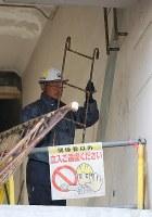 取り外された岩手県大槌町の旧役場庁舎の屋上に続く梯子=同町で2019年1月15日午前9時18分、喜屋武真之介撮影